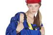 Handwerkerin zieht Jacke vom Blaumann aus