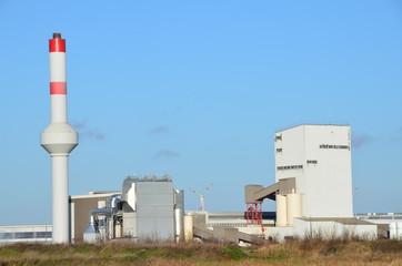 Eine Fabrik und blauer Himmel