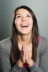 Emotionale Frau schlägt die Hände zusammen