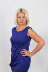 Elegante mujer de azul