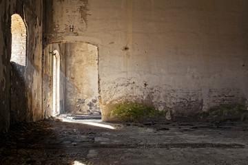 vecchia stanza illuminata da finestre