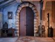 Drzwi w opuszczonej wiejskiej chatce