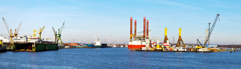Hafenpanorama mit Hubschiff