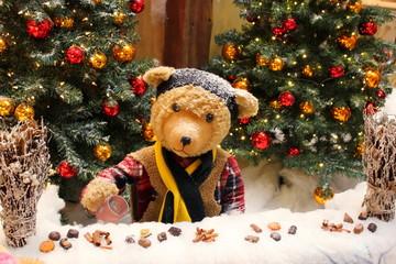 Teddybär an einem Punschstand in der Weihnachtszeit