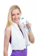 sportlerin trinkt wasser