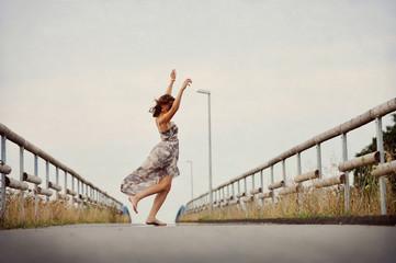 Frau tanzt auf der straße