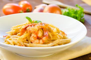 Trofie al pomodoro e gamberi, cucina mediterranea