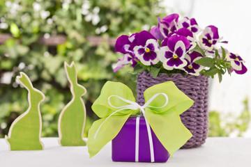 Lila-grünes Ostergeschenk mit Dekoration