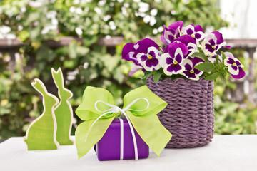 Lila-grüne Osterdekoration mit Geschenk
