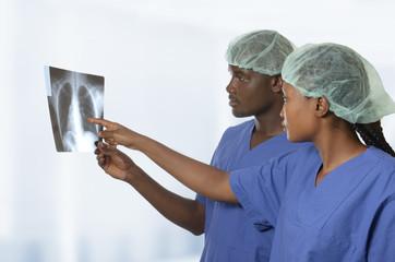 Afrikanisches Ärzteteam betrachtet Röntgenaufnahme einer Lunge