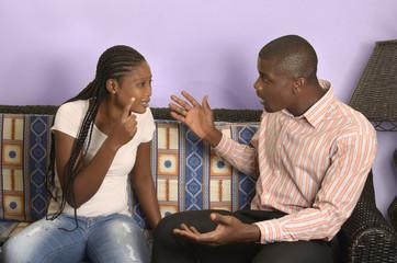 Junges afrikanisches Paar streitet sich