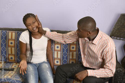 canvas print picture Junger afrikanischer Mann schlägt seine Freundin