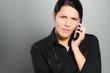 Wütende Frau führt ein Telefongespräch
