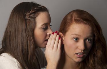 junge Frauen beim tuscheln