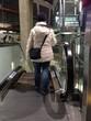 Frau auf der Rolltreppe
