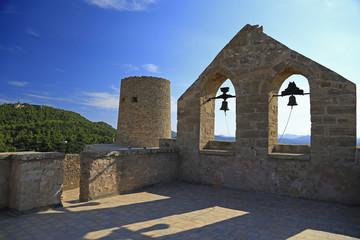Auf dem Dach der Kirche in der Festungsanlage von Capdepera