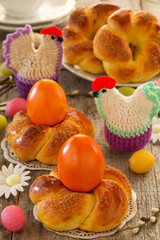 Easter cakes in the form of a wreath with a painted egg.