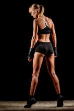 femme athlétique sur fond sombre