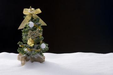 雪とクリスマスツリー