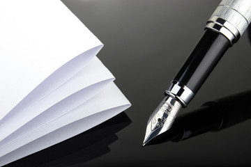 Füllfederhalter Papier auf Schwarz