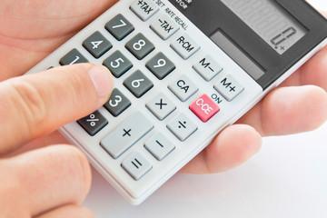 Taschenrechner mit Hand