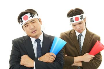 落胆する二人の男性