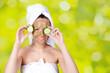 Frau mit Maske und Gurkenscheiben vor den Augen