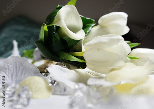 Papiers peints Tulip Beautiful wedding bouquet of white callas and tulips