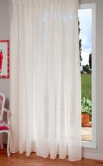 Finestra con tenda bianca