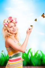attraktive blonde Frau mit Schmetterlingen