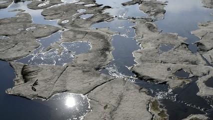 岩盤を流れる川