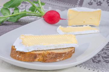 Camembert mit Brot 8