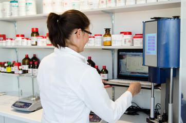 apothekerin im labor