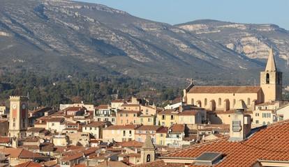 Les 3 clochers du ' vieil ' Aubagne en Provence