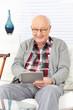 Alter Mann mit Tablet Computer
