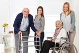 Frau mit Senioren bekommt Hilfe von Altenpflegerin