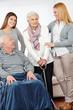 Pflegedienst bei zwei Senioren