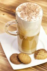 Latte macchiato mit Keksen