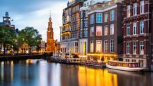 Amsterdam stadsgezicht met de Munt toren in de schemering