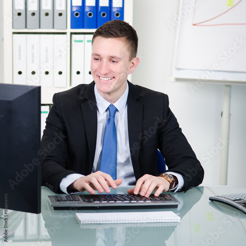 junger bürokaufmann