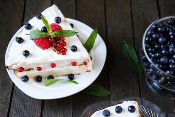 sponge pie with summer berries