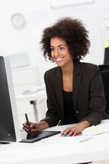 junge frau arbeitet mit zeichentablet am computer