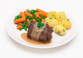 Rinderroulade mit Gemüse und Kartoffeln