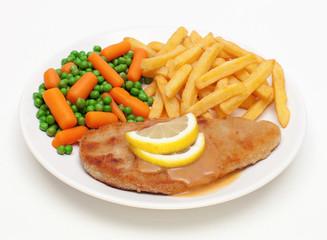 Paniertes Schnitzel mit Gemüse und Pommes