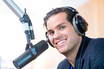 Radiomoderator in Radiosender auf Sendung