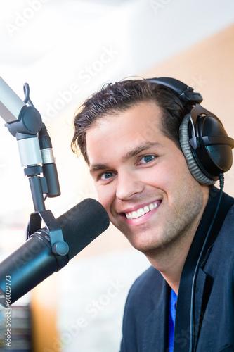 Radiomoderator in Radiosender auf Sendung - 60029773