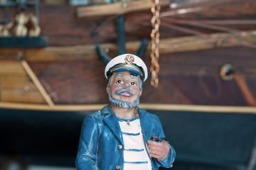 Modèle réduit de marin deavant un voilier