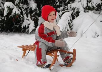 Kind beim Schlitten fahren