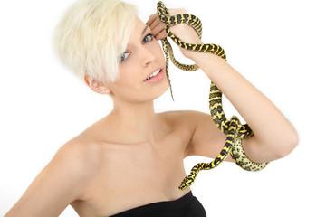 junge Frau mit Schlangen