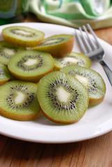 kiwi affettato sul piatto bianco